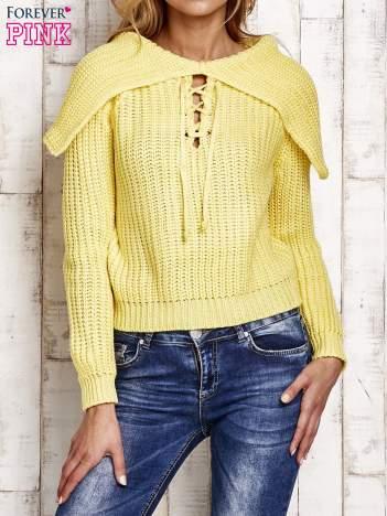 Sweter z wiązaniem i szerokim kołnierzem żółty