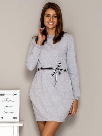 Szara sukienka dresowa z wiązaniem