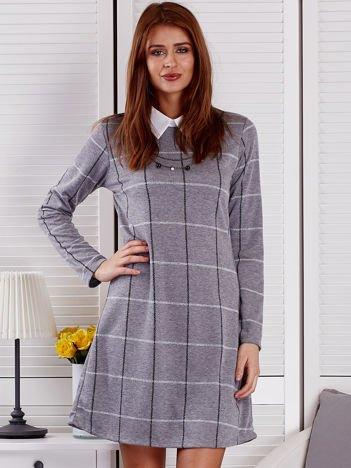 Szara sukienka w kratę z naszyjnikiem