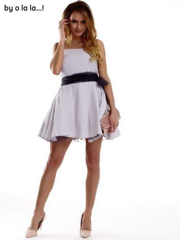 Szara sukienka z ciemnoszarym ozdobnym wiązaniem BY O LA LA