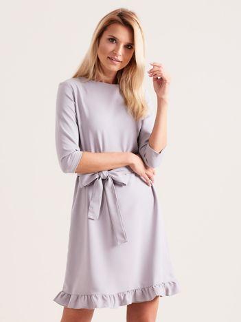Szara sukienka z wiązaniem i falbanami