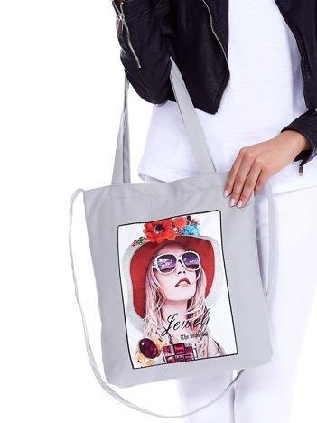 Szara torba bawełniana z motywem kobiety i dzetami