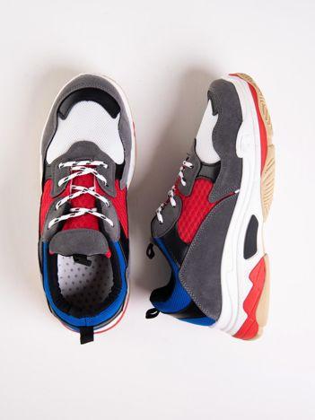 Szare buty sportowe z kolorowymi sznurówkami i czerwoną wstawka na podeszwie
