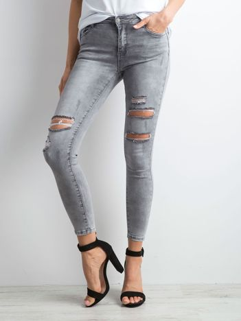 Szare jeansowe rurki z dziurami