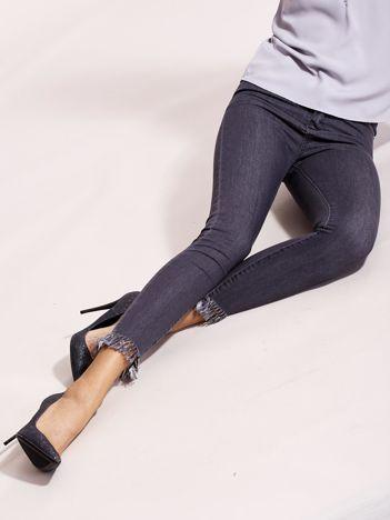 Szare jeansy z postrzępionymi nogawkami
