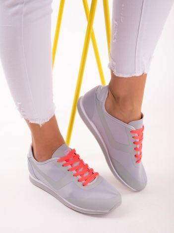 Szare lekkie buty sportowe na sprężystej podeszwie z neopomarańczowymi sznurówkami