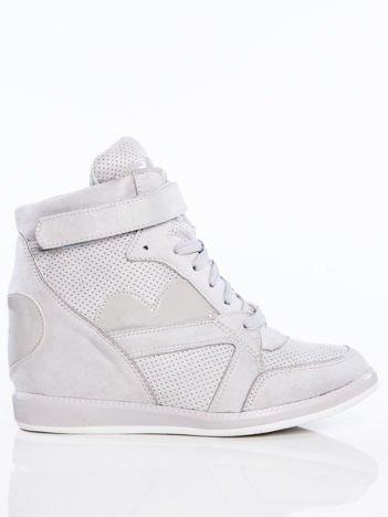 Szare półażurowe sneakersy za kostkę z ozdobnymi lakierowanymi serduszkami na cholewce