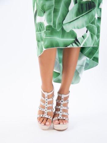 Szare sandały na koturnach z ozdobnie plecionymi paskami oraz ćwiekami