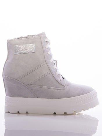 Szare sneakersy na grubej białej platformie