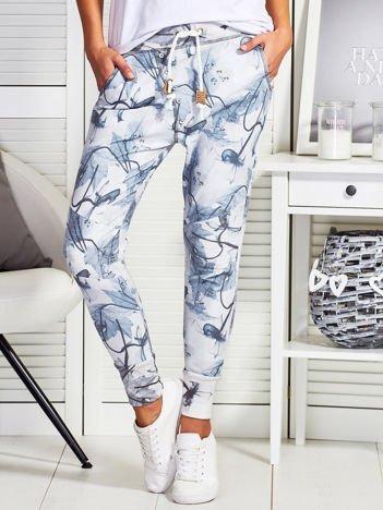 Szare spodnie dresowe w kwiatowy wzór