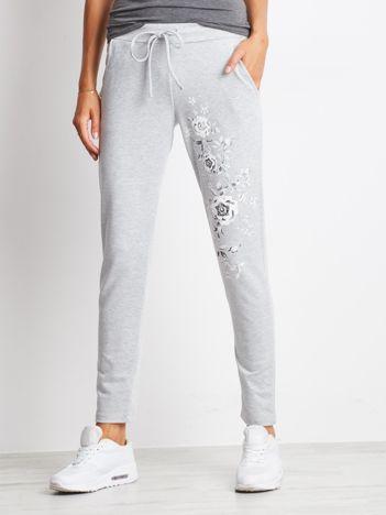 Szare spodnie dresowe z kwiatowym nadrukiem
