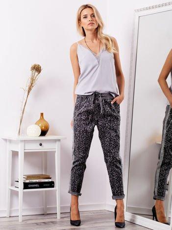 Szare spodnie dresowe z motywem panterki