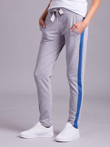 Szare spodnie dresowe z niebieskim lampasem