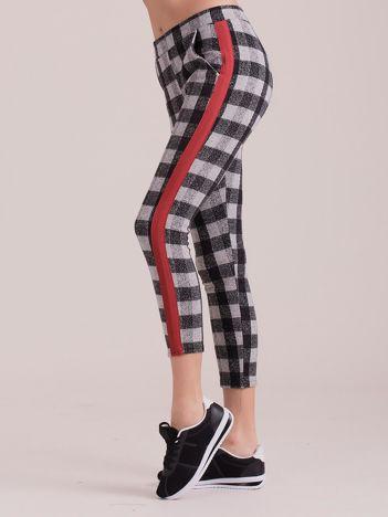 Szare spodnie w kratę z kolorowymi lampasami