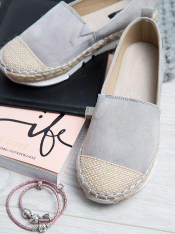 Szare zamszowe espadryle na grubej podeszwie z płóciennym przodem i ozdobną srebrną przypinką z boku buta