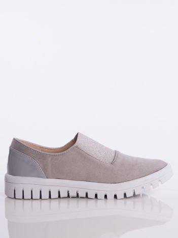 Szare zamszowe slipony z ozdobną srebrzystą gumą na przodzie buta i lakierowaną wstawką na pięcie