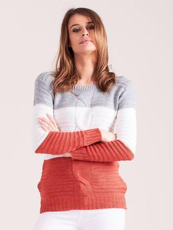 Szaro-koralowy sweter w szerokie pasy