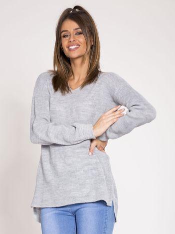 Szary asymetryczny sweter w serek