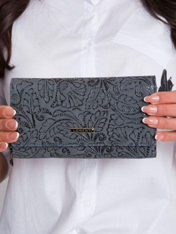 Szary portfel skórzany z motywem roślinnym