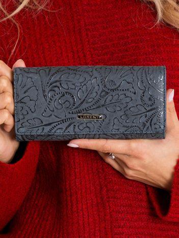 Szary portfel skórzany z roślinnym wzorem