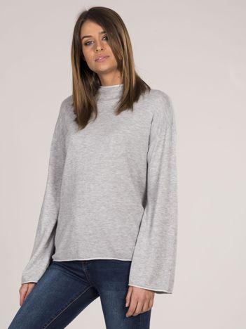 Szary sweter damski z szerokimi rękawami