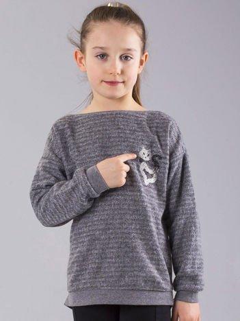 Szary sweter dziewczęcy z błyszczącą nitką i aplikacją