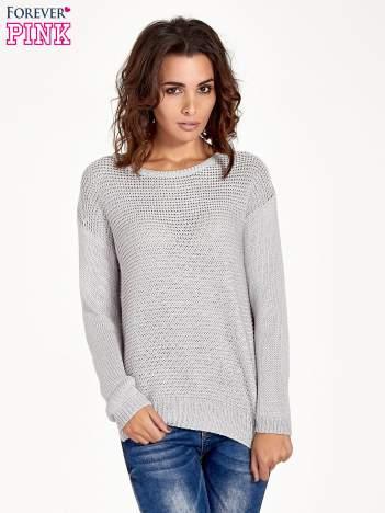 Szary sweter o większych oczkach