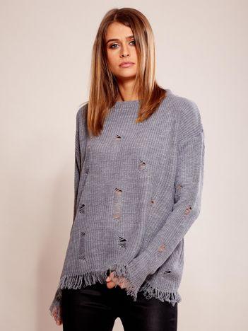 Szary sweter oversize