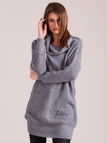 Szary sweter z luźnym golfem