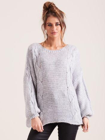 Szary sweter z warkoczami