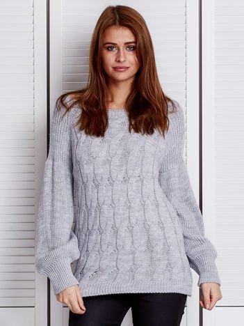 Szary sweter ze wzorem warkocza