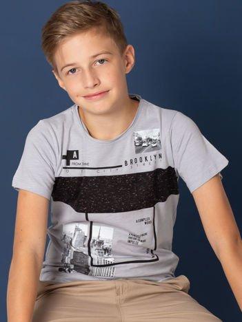 Szary t-shirt dla chłopca z miejskim nadrukiem