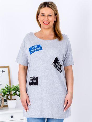 Szary t-shirt z nadrukiem naszywek PLUS SIZE