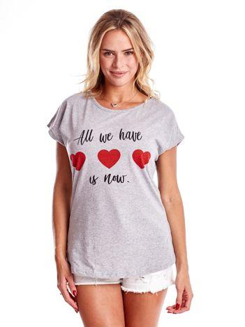 Szary t-shirt z napisem i serduszkami