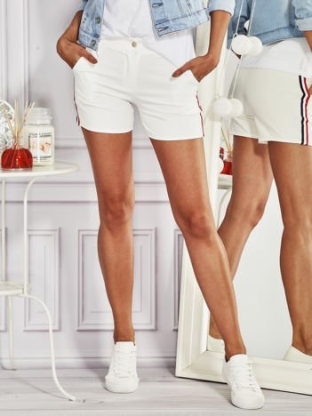 Szorty damskie z kolorowymi lampasami białe