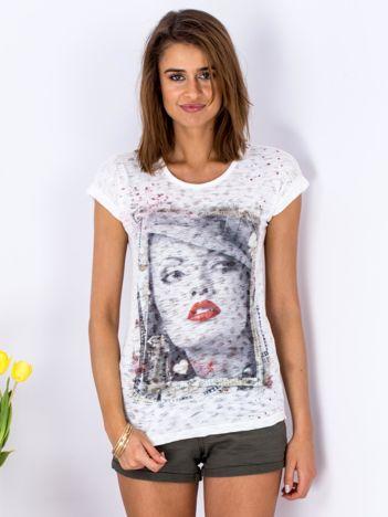 T-shirt biały z nadrukiem dziewczyny