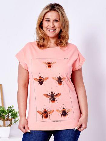 T-shirt brzoskwiniowy z nadrukiem owadów PLUS SIZE