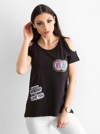 T-shirt czarny z wycięciami i naszywkami