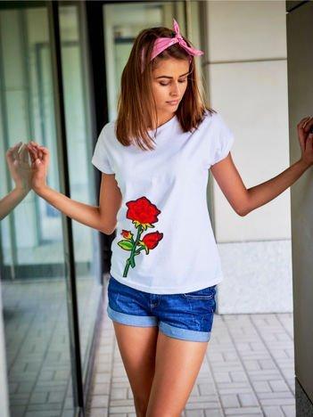 T-shirt damski biały z naszywką cekinową DUŻY KWIAT
