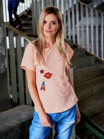 T-shirt damski brzoskwiniowy z cekinowymi naszywkami EIFFEL