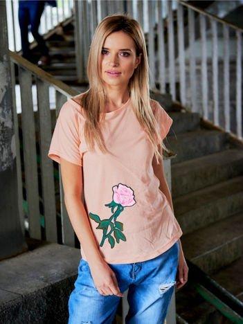 T-shirt damski brzoskwiniowy z naszywką