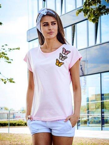 T-shirt damski jasnoróżowy z naszywkami MOTYLE