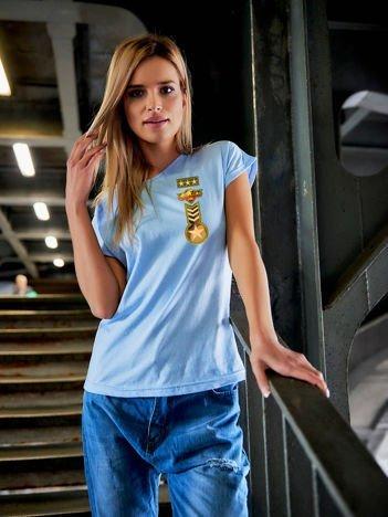 T-shirt damski niebieski z naszywkami z motywem wojskowym
