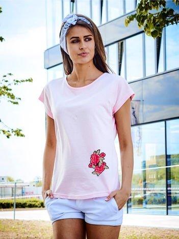 T-shirt damski różowy z naszywką