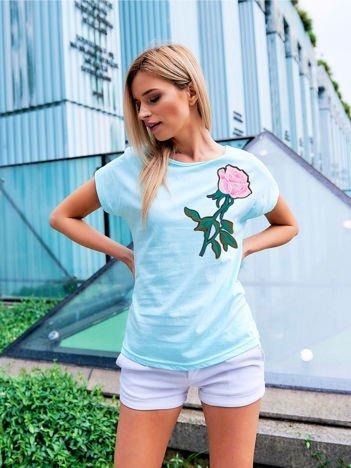 T-shirt damski turkusowy z naszywką