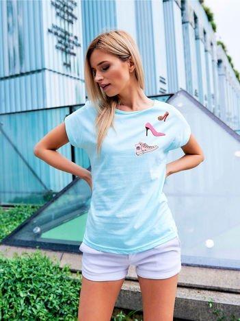 T-shirt damski turkusowy z naszywkami SHOES