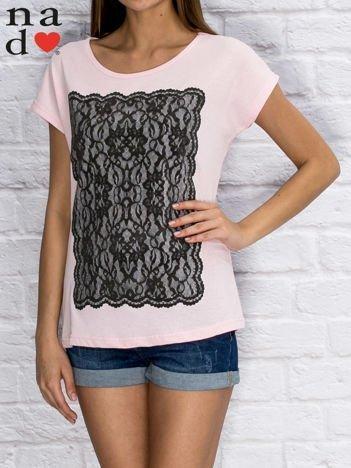 T-shirt damski z koronkowym nadrukiem jasnoróżowy