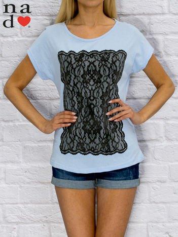 T-shirt damski z koronkowym nadrukiem niebieski