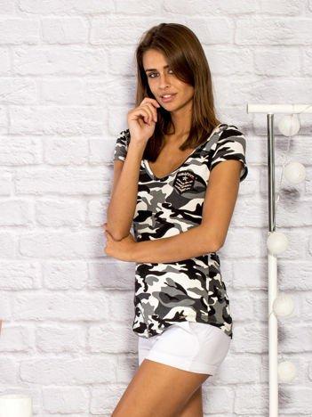 T-shirt damski z motywem moro i aplikacją ecru