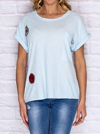 T-shirt damski z naszywkami i kieszenią jasnoniebieski